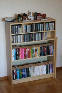 wikipedia IKEA_Billy_bookshelf_(80x106_cm_birch_veneer)
